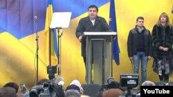 Михаил Саакашвили жаңа қозғалыс шеруінде сөйлеп тұр. Киев, 27 қараша 2016 жыл.