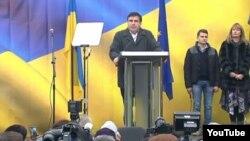 Бывший президент Грузии и бывший губернатор Одесской области Украины Михаил Саакашвили выступает перед своими сторонниками в Киеве, 27 ноября 2016 года.