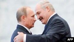 Уладзімер Пуцін (зьлева) і Аляксандар Лукашэнка, архіўнае фота