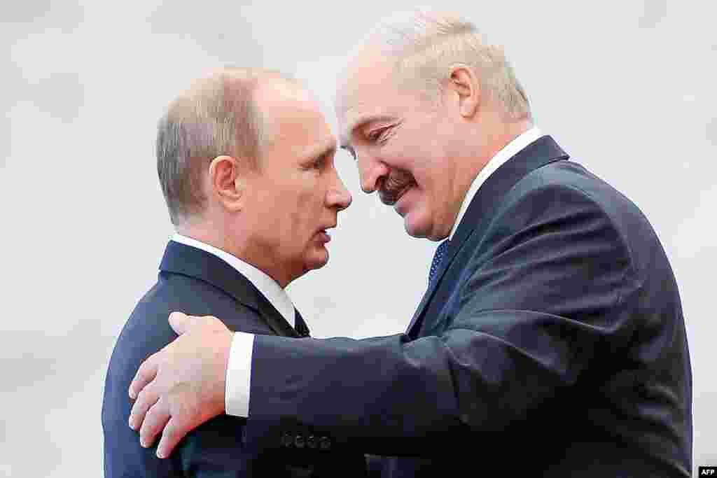 Олександр Лукашенко зустрічає Володимира Путіна під час саміту країн СНД у Мінську