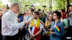 Eurocomisarul Stefan Fule la marşul LGBT din Chişinău