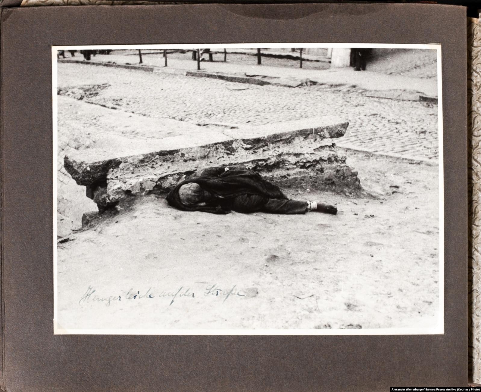 «Труп померлого з голоду на вулиці» (авторський підпис). Центр Харкова, 1933 рік. Фото Александра Вінербергера, публікується вперше. Надано власником авторських прав Самарою Пірс