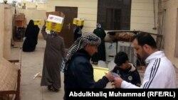 توزيع مساعدات على نازحين في الأنبار