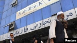 """ავღანეთი: გამვლელები """"ქაბულის ბანკის"""" ფილიალთან ქაბულში"""