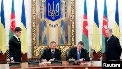 Նախագահներ Վիկտոր Յանուկովիչը և Իլհամ Ալիևը ներկա են ադրբեջանա-ուկրաինական համաձայնագրերի ստորագրման արարողությանը։ Կիև, 18 նոյեմբերի, 2013թ.