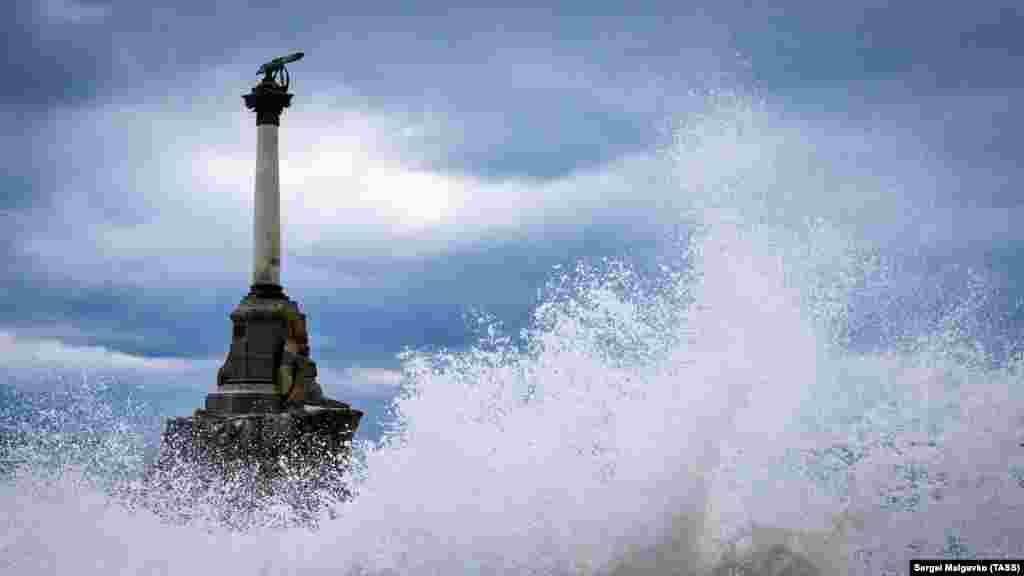 Пам'ятник затопленим кораблям. Дев'ятиметровий бронзовий монумент з'явився в 1905 році до 50-річчя першої оборони Севастополя. У вересні 1854 року російські війська затопили сім старих кораблів, що унеможливило вхід англо-французького флоту в Севастопольську бухту