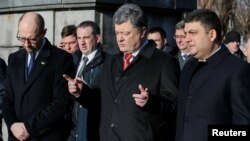Ukrainian President Petro Poroshenko (center) attends a ceremony with Prime Minister Arseniy Yatsenyuk (left) and parliament speaker Volodymyr Hroysman in January.