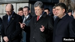 Ուկրաինայի նախագահ Պետրո Պորոշենկոն (կենտրոնում) զրուցում է վարչապետ Արսենի Յացենյուկի և խորհրդարանի խոսնակ Վլադիմիր Գրոյսմանի հետ, արխիվ