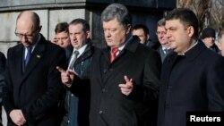 Ukrainian President Petro Poroshenko (center) attends a ceremony with Prime Minister Arseniy Yatsenyuk (left) and parliament speaker Volodymyr Hroysman in January.