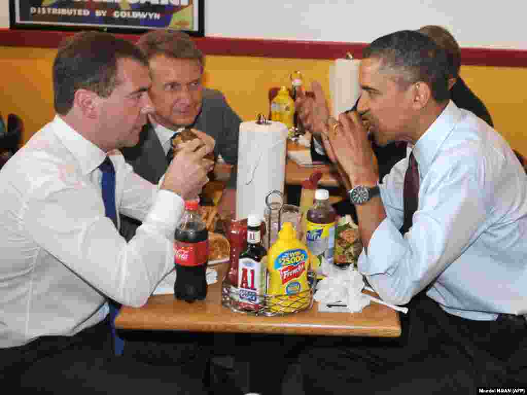 U.S. President Barack Obama and Russian President Dmitry Medvedev chow down at Ray's Hell Burger in Arlington, Virginia, on June 24, during Medvedev's visit to Washington. (Photo by Mandel Ngan/AFP)