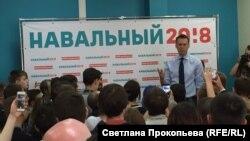 Алексей Навальный на открытии одного из предвыборных штабов. Архивное фото