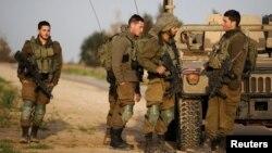 Ushtarët izraelitë duke kontrolluar kufirin me Rripin e Gazës.