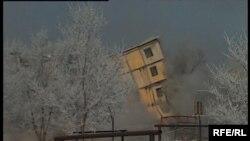 Құлатылып жатқан үйлердің шаңынан қала көрінбейді. Шахан, қазан,2008 жыл.