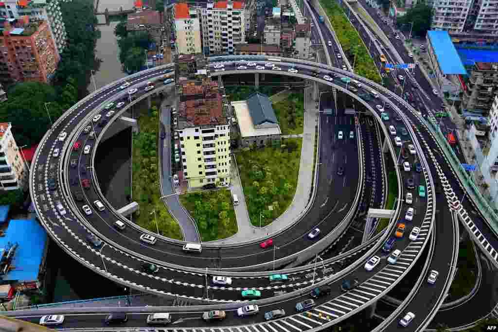 """Овој """"клинец"""" објект е сред надвозник во Гуангжоу, јужната кинеска провинција Гуангдонг. Фотографирано на 11 август, 2015 година."""