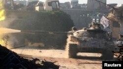 در این تصویر یک تانک ارتش سوریه در جنوب غرب حلب دیده میشود؛ نیروهای نظامی بشار اسد میگویند طی یک ماه و نیم گذشته، نزدیک به ۹۰ روستا را بازپس گرفتهاند
