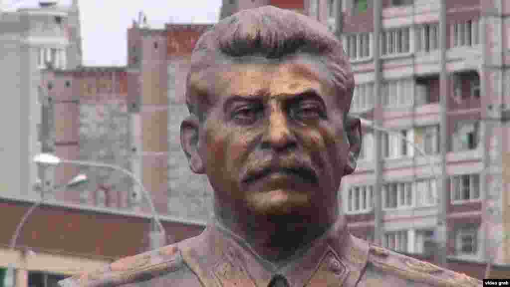 Липецк. Сталинил бюст лъун буго бакIалъулал коммунистаз.