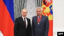 Vladimir Putin (solda) və Vahid Ələkbərov, arxiv fotosu