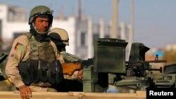 Сотрудник афганских сил безопасности несет службу на улице во время собрания Лойя-джирга.
