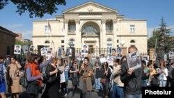 Խաղաղ պայմաններում զոհված զինծառայողների ծնողների և ակտիվիստների ցույցը նախագահականի դիմաց, արխիվ