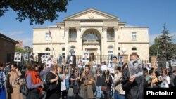Родители погибших военнослужащих и гражданские активисты проводят акцию протеста возле резиденции президента Армении, Ереван, 14 октябяр 2011 г.
