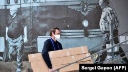 Андрей Стрижак разгружает помощь для медиков, Минск, 22 мая