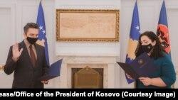 Kryetari i ri i KQZ-së, Kreshnik Radoniqi duke bërë betimin para presidentes, Vjosa Osmani.