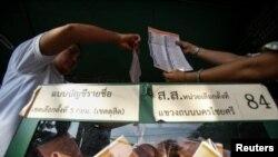Подсчет голосов на участке в Бангкоке, не блокированном оппозицией