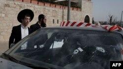 Автомобиль с ветровым стеклом, изрешеченным пулями, на месте нападения возле Новых ворот в Старый город Иерусалима, 9 марта 2016 года