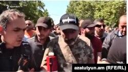 Никол Пашинян во время шествия беседует с корреспондентом Радио Азатутюн, Ереван, 25 апреля 2018 г.