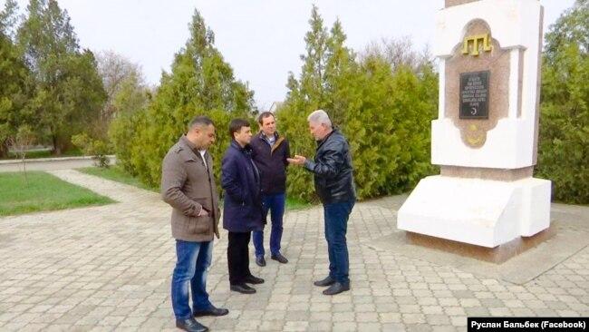 Депутат Госдумы России Руслан Бальбек (второй слева) на встрече с жителями Раздольненского района, 27 марта 2020 года