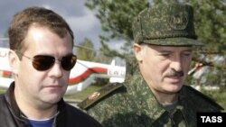Belarusian President Alyaksandr Lukashenka (right) with his Russian counterpart Dmitry Medvedev