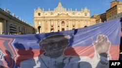 Плакат с Папой Франциском на площади Святого Петра