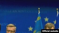 Посол Казахстана Константин Жигалов и министр Казахстана Владимир Школьник. Брюссель, 16 сентября 2008 года.