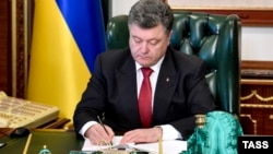 Ուկրաինայի նախագահ Պետրո Պորոշենկոն ստորագրում է «լյուստրացիայի» օրենքը, Կիև, 9-ը հոկտեմբերի, 2014թ․