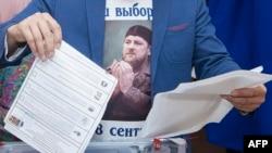 Мужчина в футболке с изображением Рамзана Кадырова на избирательном участке в Чечне. Центарой, 18 сентября 2016 года.