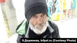 Пожилой уланудэнец уже год живет в переходе и ночует в подъездах