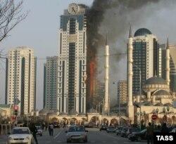 """3 апреля 2013 года пожар практически полностью уничтожил высотное здание в комплексе """"Грозный-сити"""""""