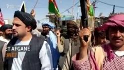 Civilët afganë rrokin armët pas ofensivës së talibanëve