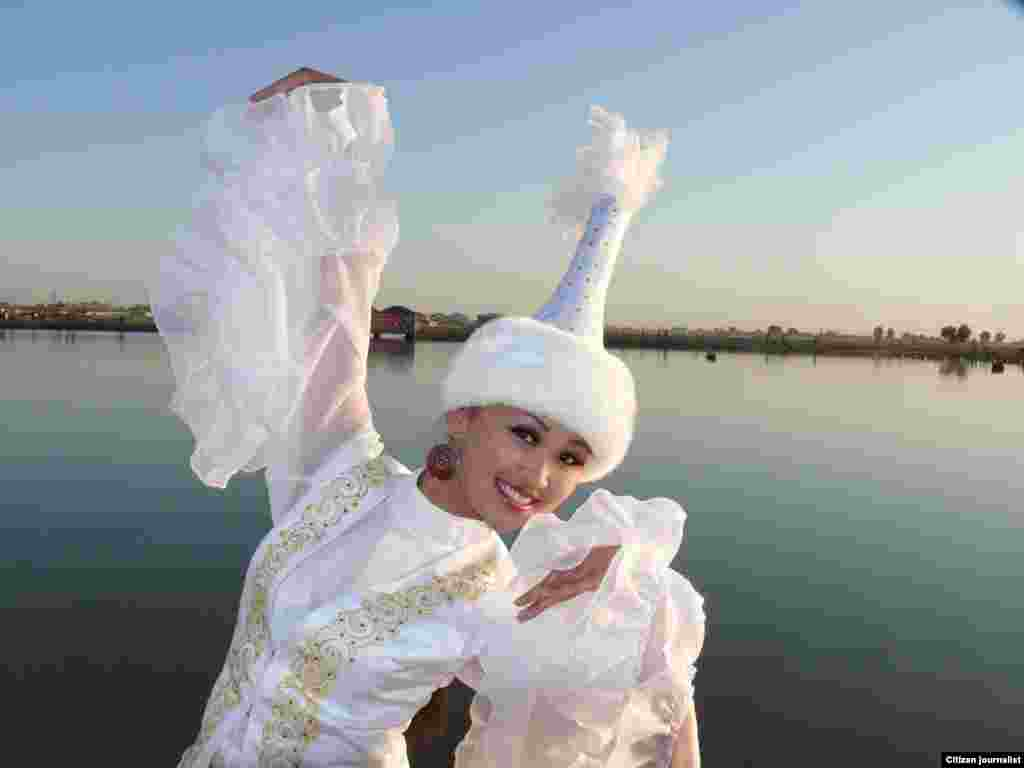 Лебединый танец от девушки в белых одеяниях. Фото Болата Омаралиева, Кызылорда.