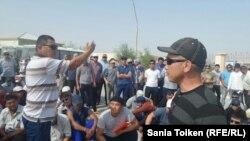 Во время протеста работников ТОО «Бургылау». Жанаозен, 29 июля 2016 года.