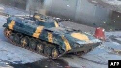 دبابة في شارع بمدينة حمص السورية