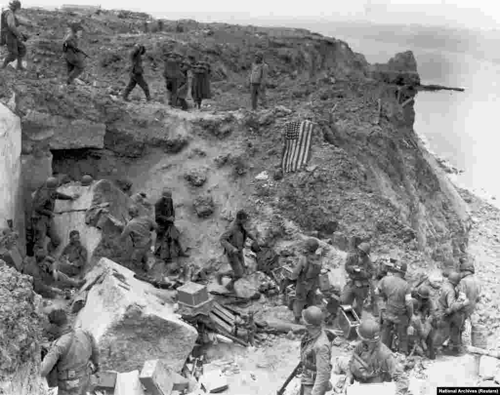 Прапор США на зруйнованому бункері, який захопили військові армії Сполучених Штатів. Пуент-дю-Хок, 8 червня 1944 року
