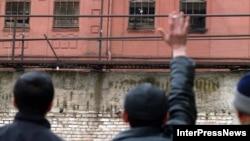 Это уже вторая амнистия за время президентства Леонида Тибилова. После первой, проведенной сразу после избрания его главой государства, количество заключенных сократилось приблизительно с двух сотен до пятидесяти