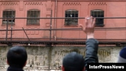Тбилисинин четинде 2006-жылдын 27-мартында козголоң чыккан түрмөдөгүлөр туугандарына кол булгалап жатышат