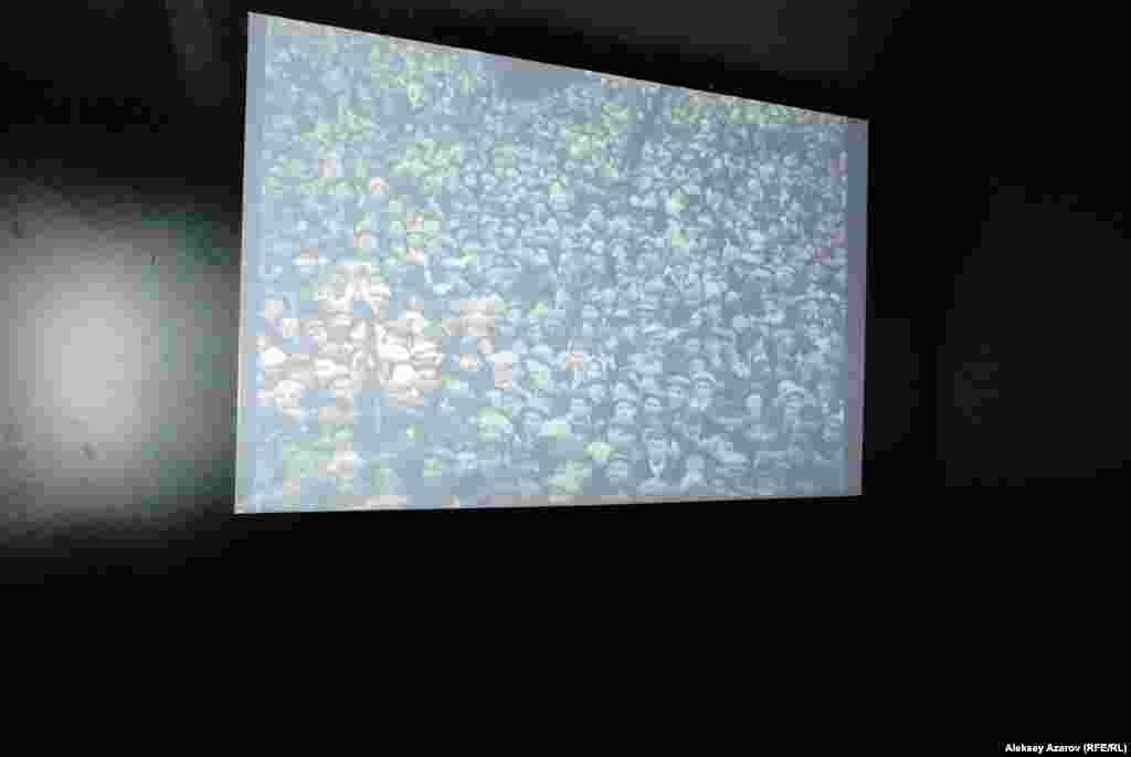 Осмотр инсталляции Кати Школьник начинается с темной комнаты, где показывается старая советская кинохроника.