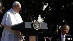 Рим папасы Франциск Ақ үйдің жанындағы жиында сөйлеп тұр. 23 қыркүйек 2015 жыл.