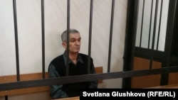 """""""Иегова куәгерлері"""" діни қауымының мүшесі, 60 жастағы Теймур Ахмедов сотта отыр. Астана, 27 наурыз 2017 жыл."""