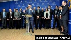 Новый премьер, представляя состав правительства, сослался на слова своего предшественника Иванишвили, что это по-настоящему европейская команда. По словам Гарибашвили, министры доказали, что готовы служить своему народу и стране, и поэтому он представил кабинет министров без изменений