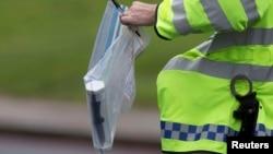 Лондон полицияси британиялик аскар мана шу пичоқ (суратда) билан ўлдирилганини айтмоқда.