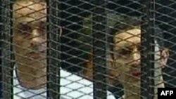 Братья Мубараки на одном из судебных заседаний